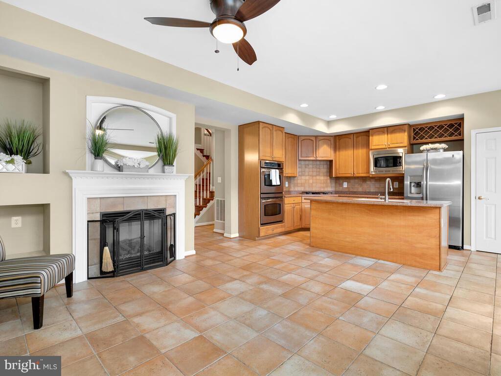 Family Room Open to Gourmet Kitchen - 22950 FANSHAW SQ, BRAMBLETON