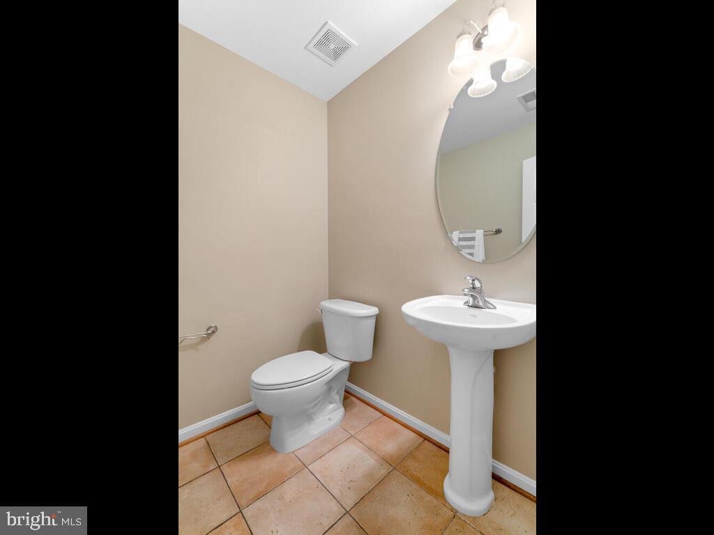 Powder Room - 22950 FANSHAW SQ, BRAMBLETON