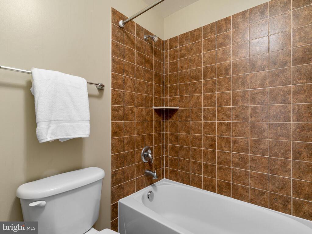 Bathroom 2 - 22950 FANSHAW SQ, BRAMBLETON