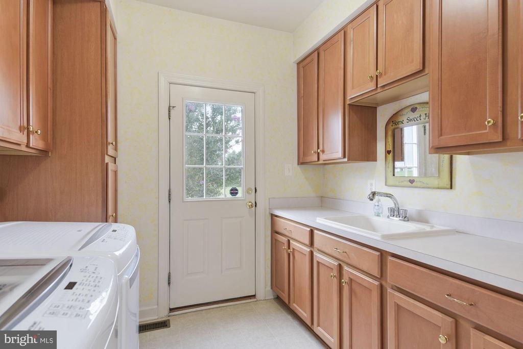 First floor laundry/mud room - 22340 ESSEX VIEW DR, GAITHERSBURG