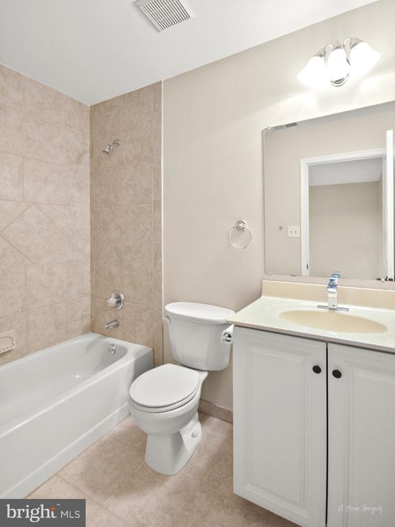 Dedicated Bath to 2nd Bedroom - 519 W MAIN ST, MIDDLETOWN