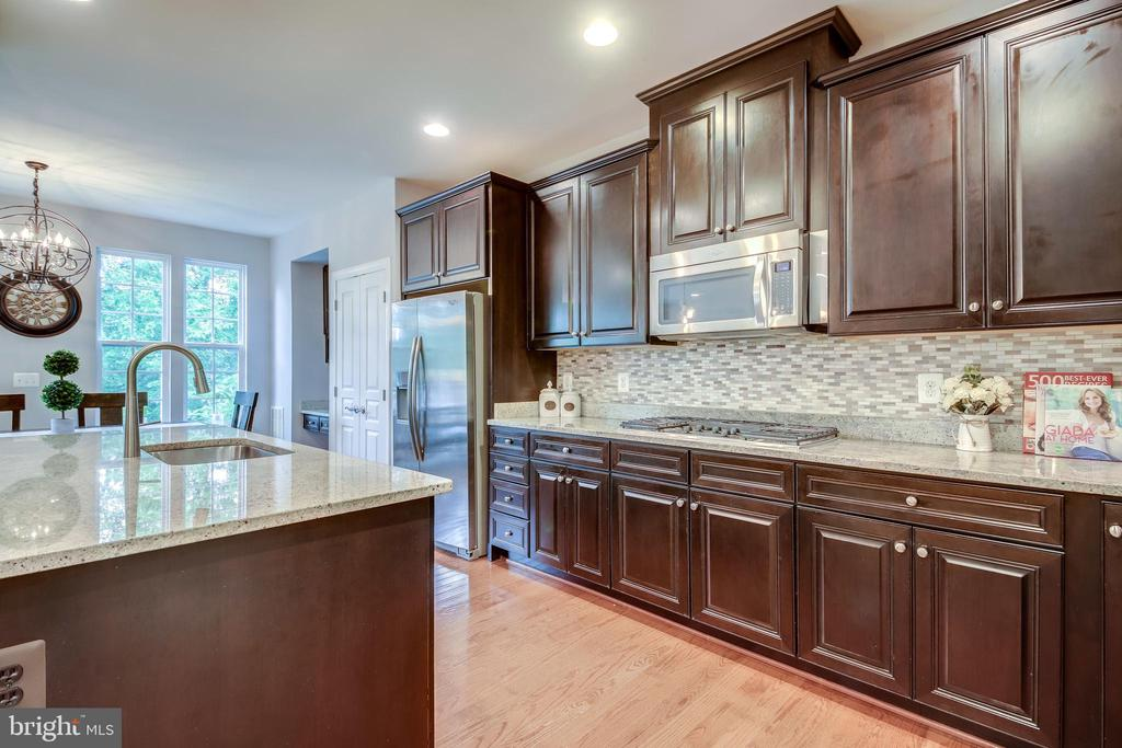Gas Cooking and tons of counter space - 20287 CENTER BROOK SQ, STERLING