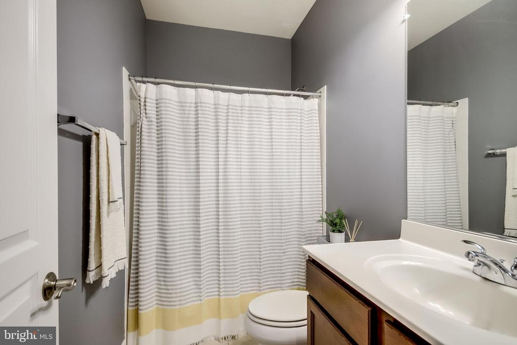 Shared Guest Bath - 20287 CENTER BROOK SQ, STERLING