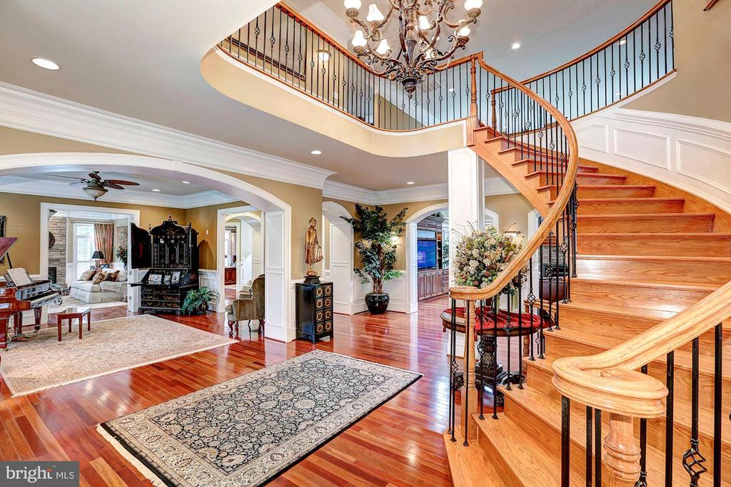 Elegant curved and wide stairway - 8225 WOLF RUN SHOALS RD, CLIFTON