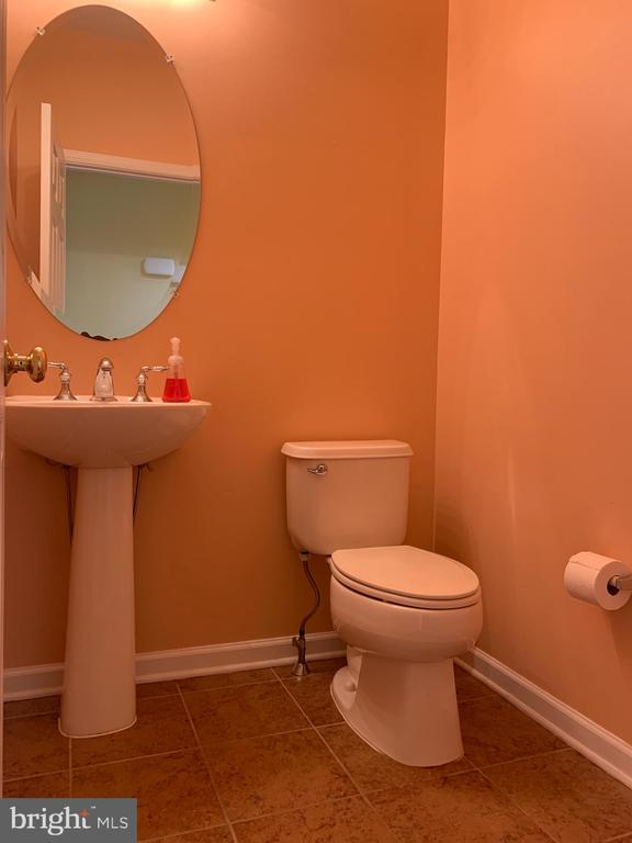 Half bath on Main level - 25575 AMERICA SQ, CHANTILLY