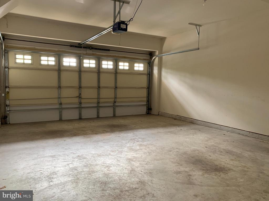 Oversized garage - 25575 AMERICA SQ, CHANTILLY