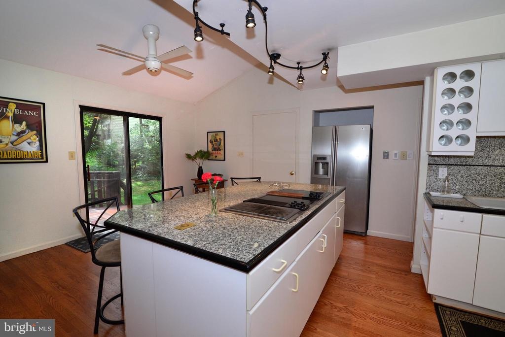 Kitchen island with cooktop - 11137 GLADE DR, RESTON