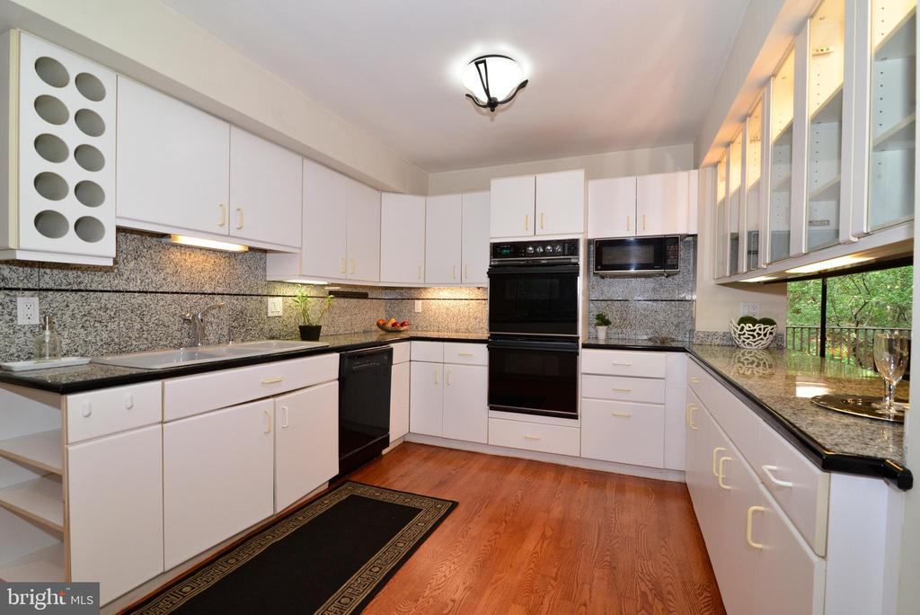 Double oven in kitchen - 11137 GLADE DR, RESTON