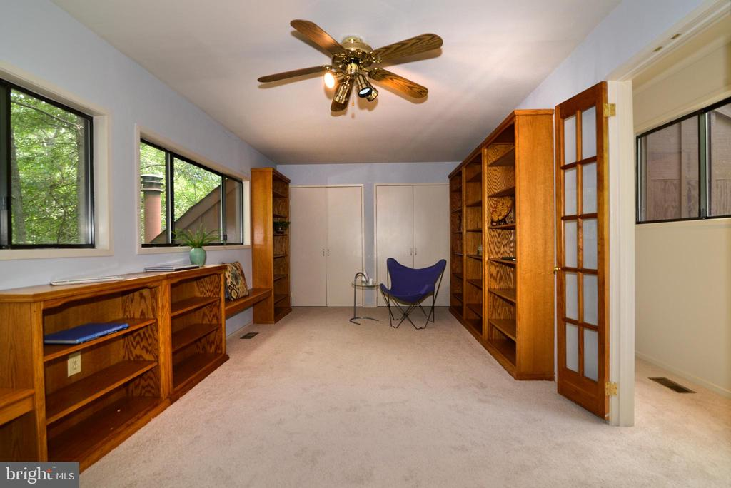 Upper level library/bedroom - 11137 GLADE DR, RESTON