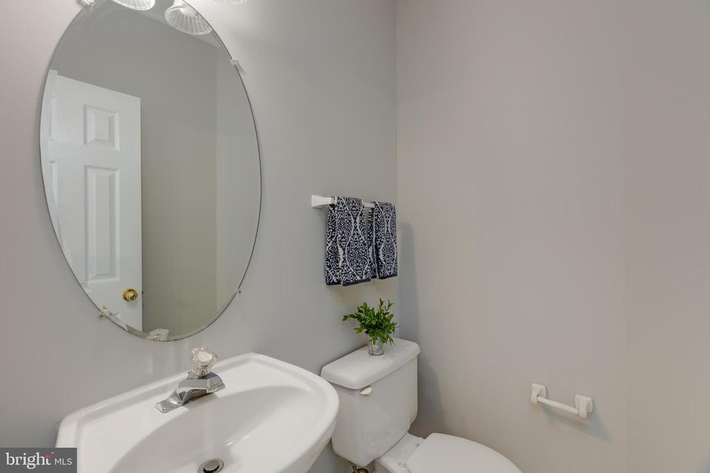 Half bath Main level - 4772 BIDEFORD SQ, FAIRFAX