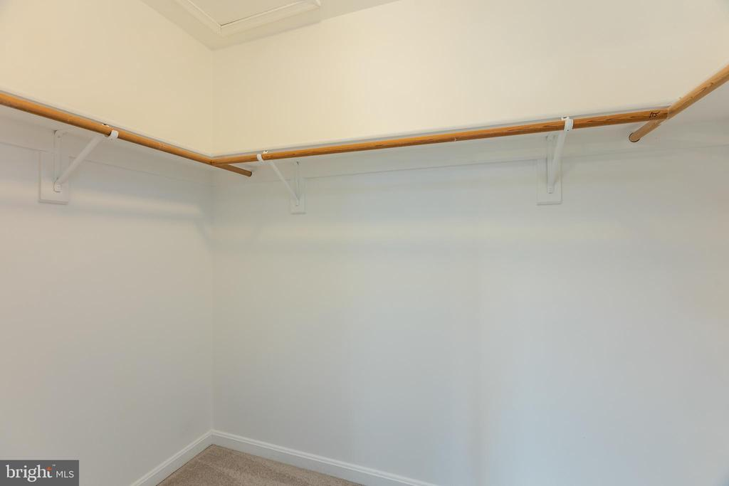 Spacious  owners suite walkin closet - 4772 BIDEFORD SQ, FAIRFAX
