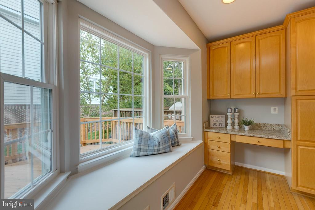 Adorable kitchen window seat - 4772 BIDEFORD SQ, FAIRFAX