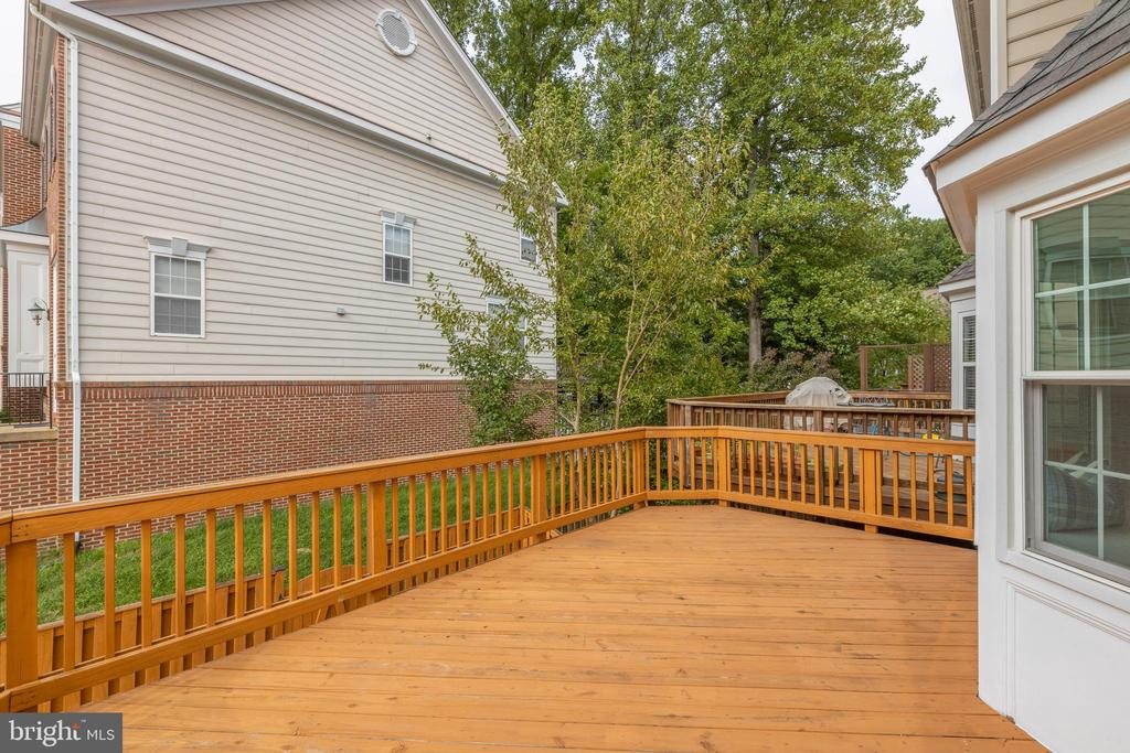 Huge deck for patio furniture - 4772 BIDEFORD SQ, FAIRFAX