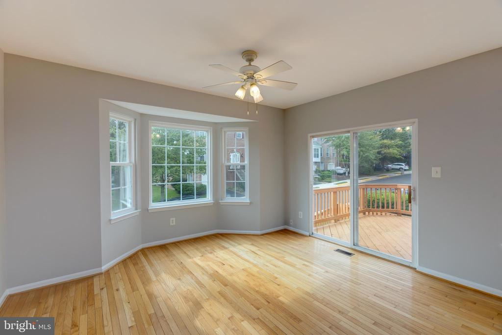 Bright & Open breakfast nook with bay window - 4772 BIDEFORD SQ, FAIRFAX