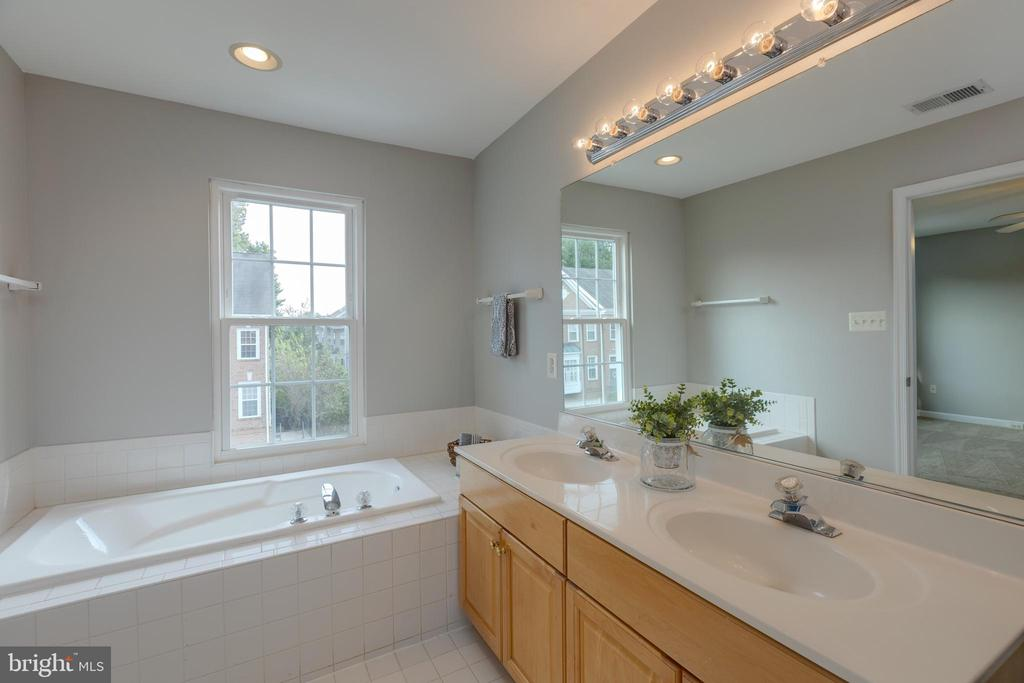 Attached owners bath with dual vanities - 4772 BIDEFORD SQ, FAIRFAX