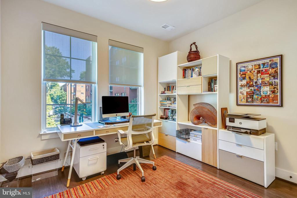 2nd Bedroom, overlooks private Courtyard - 1411 KEY BLVD #311, ARLINGTON