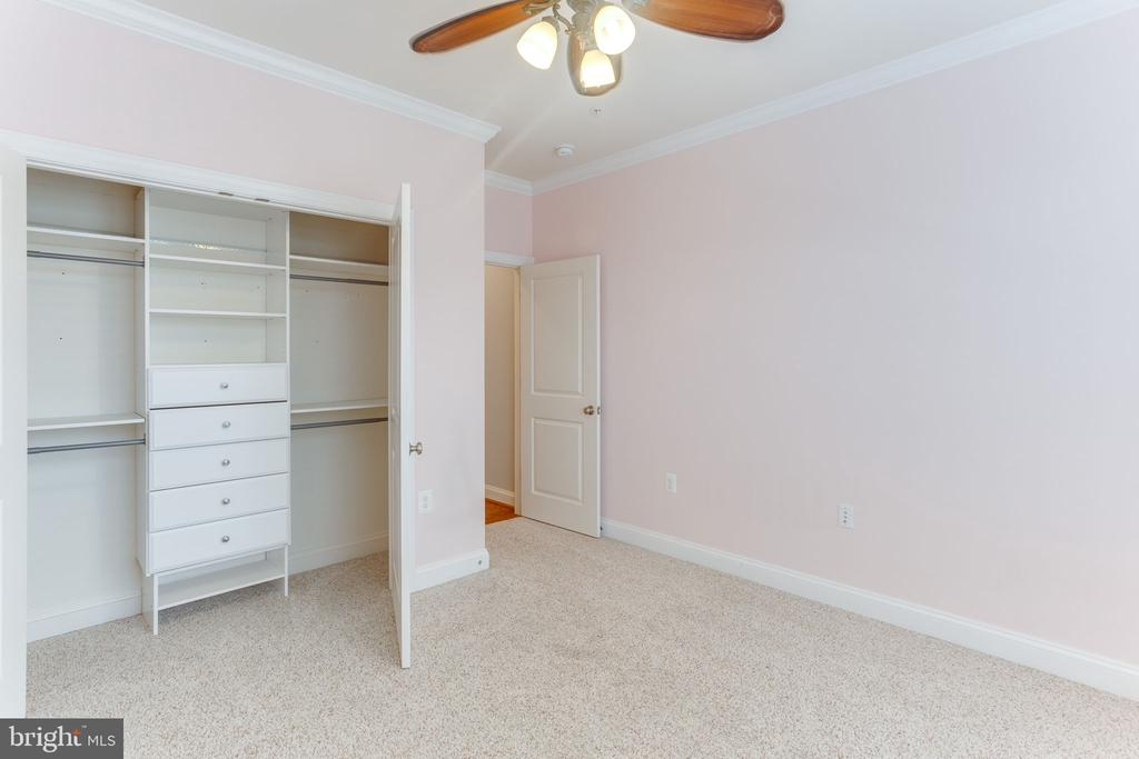 Bedroom with custom closet - 19347 NEWTON PASS SQ, LEESBURG