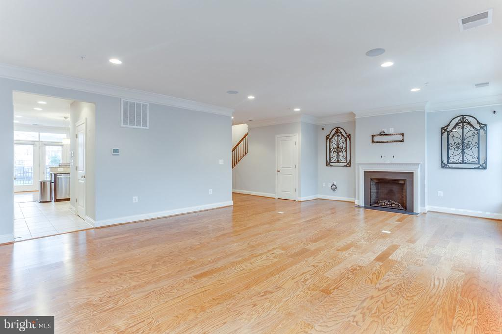 Living room is wired for surround sound� - 19347 NEWTON PASS SQ, LEESBURG