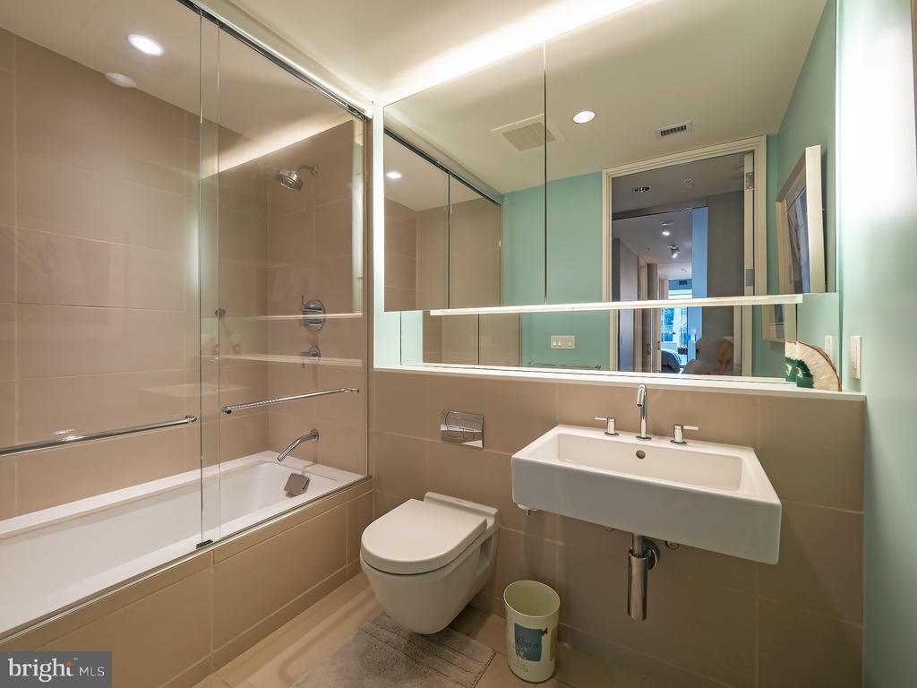 Full Guest Bathroom - 925 H ST NW #810, WASHINGTON