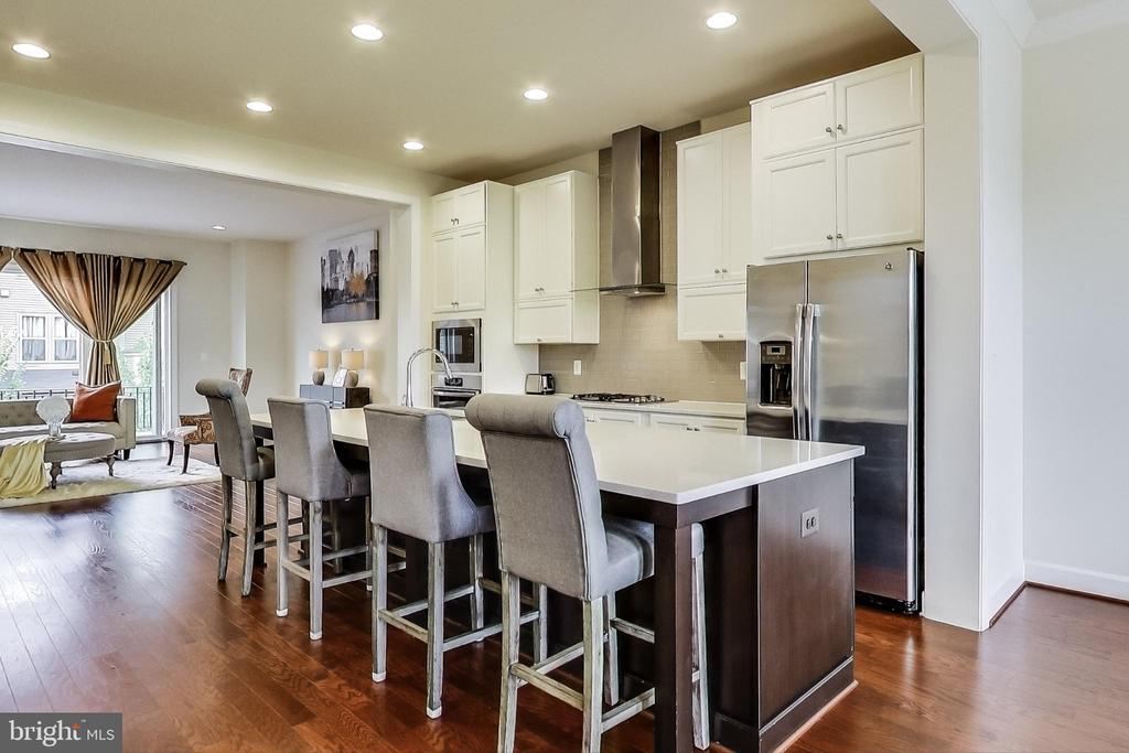 Large Island in Kitchen - 23148 BROOKSBANK SQ, BRAMBLETON