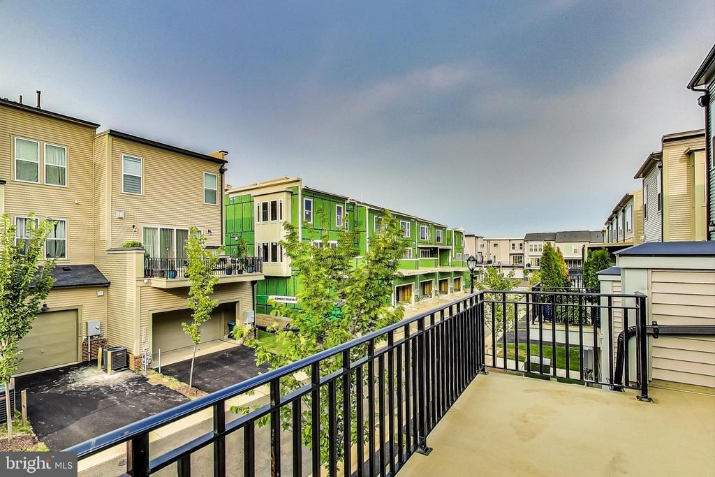 Large Balcony for Grilling & Entertaining Guests - 23148 BROOKSBANK SQ, BRAMBLETON