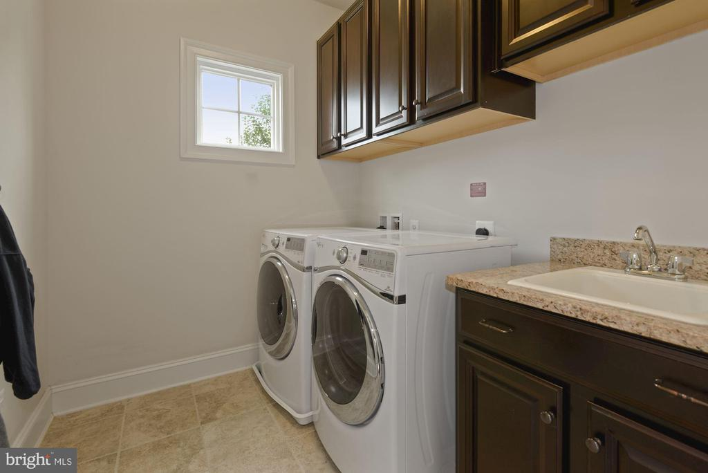 Laundry room on main level of home - 20669 PERENNIAL LN, ASHBURN