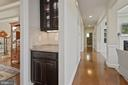 Butlers pantry off dining room - 20669 PERENNIAL LN, ASHBURN