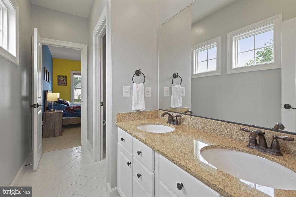 Shared full bath for 3rd and 4th bedroom - 20669 PERENNIAL LN, ASHBURN