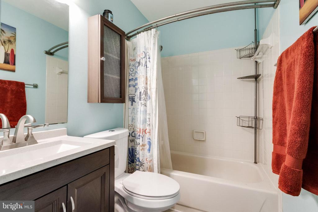 Hall bath - 3 JEREMY CT, STERLING
