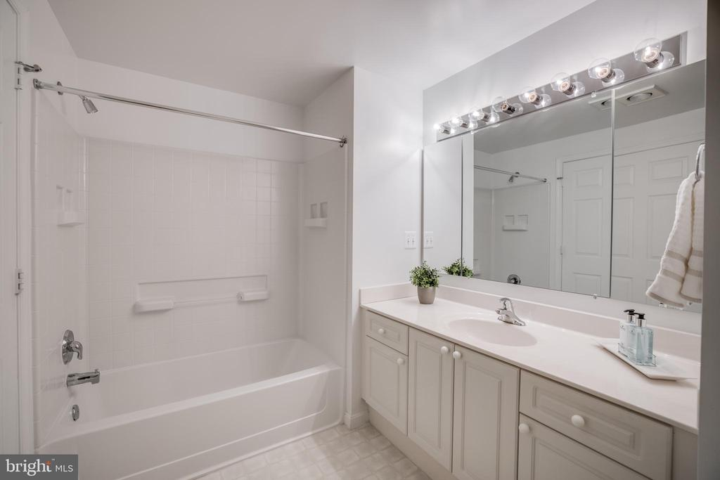 Primary Bathroom with tub/shower - 19355 CYPRESS RIDGE TER #823, LEESBURG