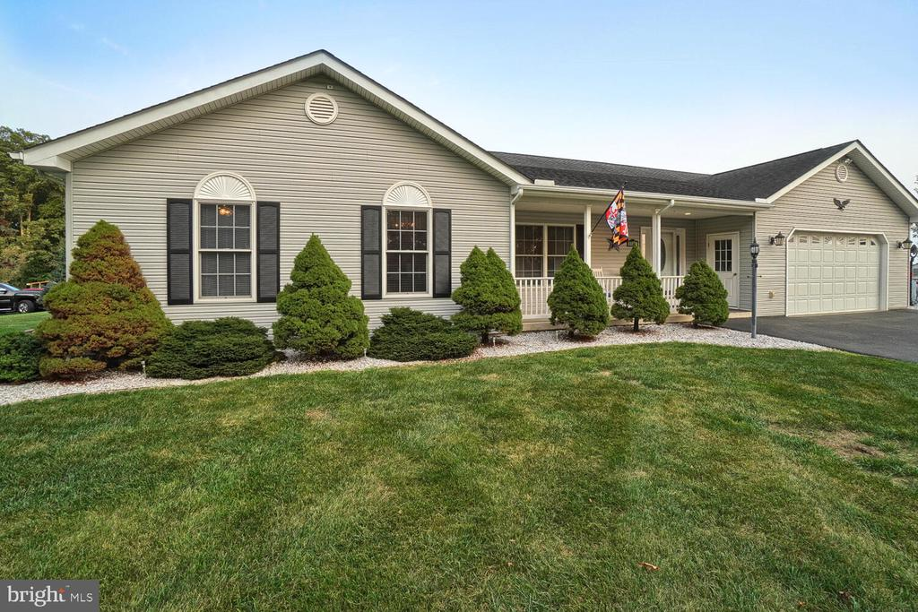 Meticulous landscaping - 11829 CASH SMITH RD, KEYMAR