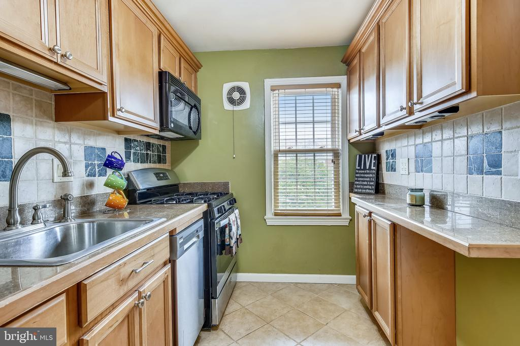 Beautifully Updated Kitchen! - 6716 W WAKEFIELD DR #C2, ALEXANDRIA