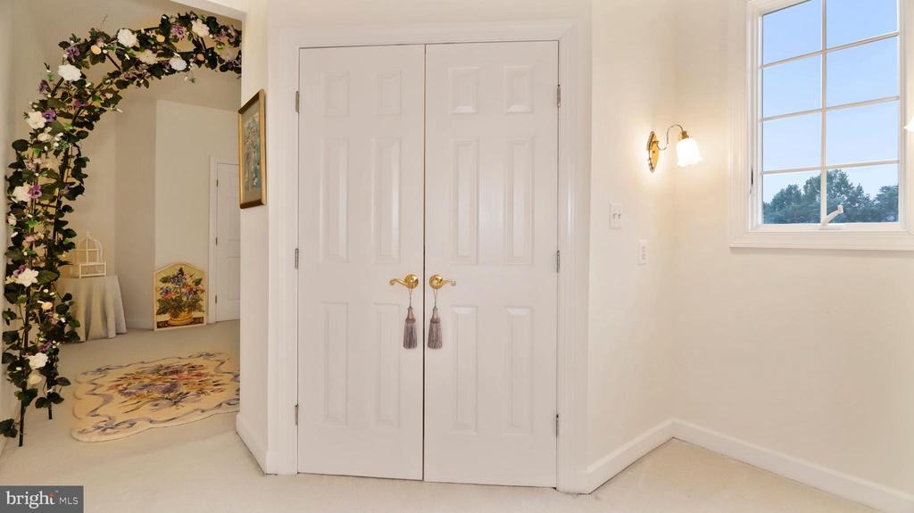 BR #3-Large walk-in closet, study nook w/window. - 1414 WYNHURST LN, VIENNA