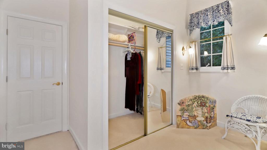 Suite Alcove-closet & study nook or makeup table - 1414 WYNHURST LN, VIENNA
