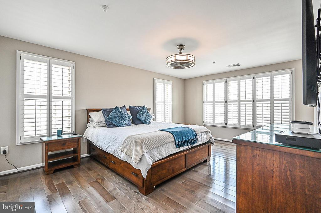 Master Bedroom with two Closets and Hardwood floor - 43213 DEPASCALE SQ, ASHBURN
