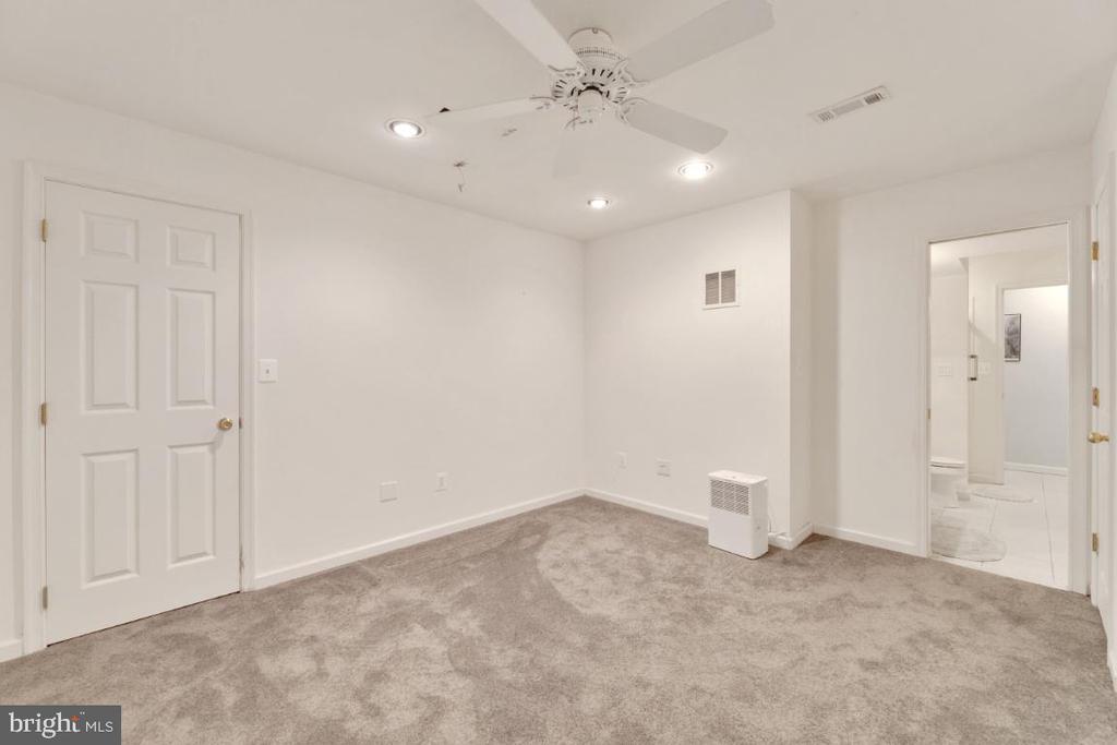 Lower level aupair suite or inlaw bedroom - 42870 AUTUMN HARVEST CT, BROADLANDS