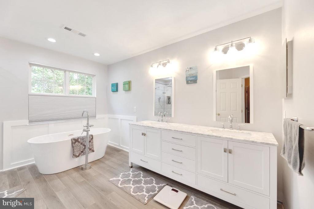 Owner Suite bathroom- Separate spa tub - 42870 AUTUMN HARVEST CT, BROADLANDS