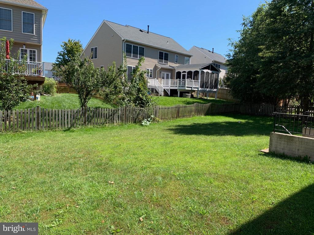 More view of the back yard - 24784 HIGH PLATEAU CT, ALDIE
