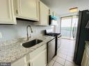 Kitchen with gorgeous quartz counters - 501 SLATERS LN #906, ALEXANDRIA