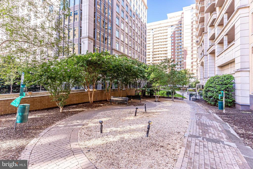 Secluded area behind Building - 888 N QUINCY ST #512, ARLINGTON