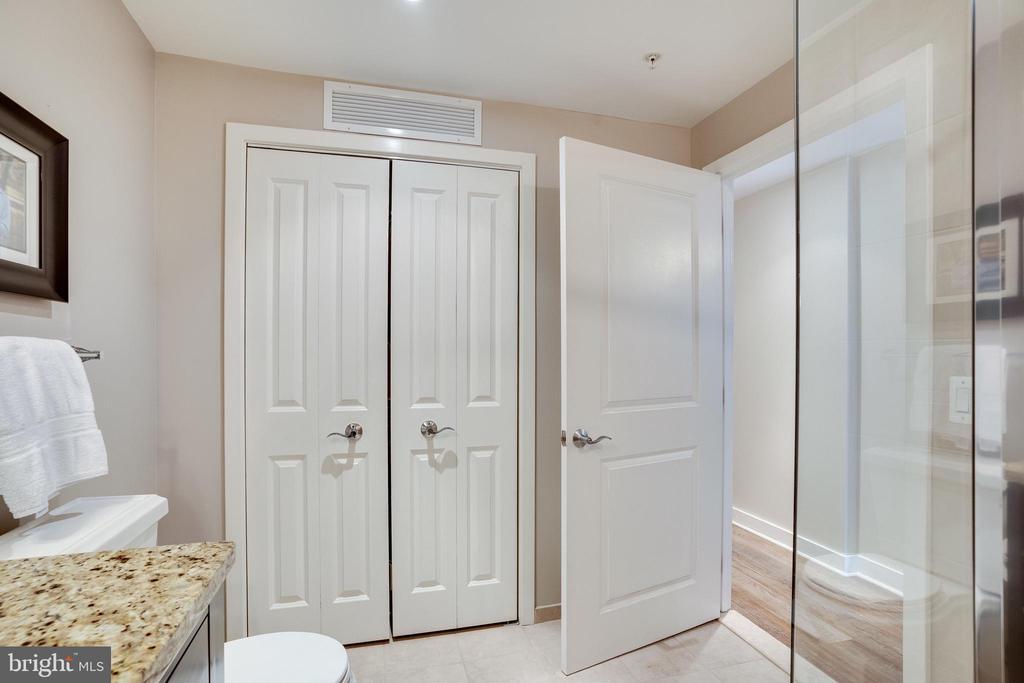 Bath #2 - Washer/Dryer Behind Doors - 888 N QUINCY ST #512, ARLINGTON