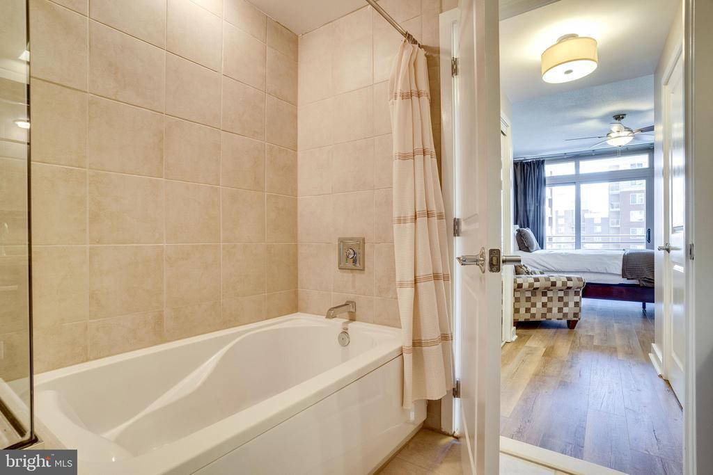 Master B.R. Tub + Separate Shower - 888 N QUINCY ST #512, ARLINGTON