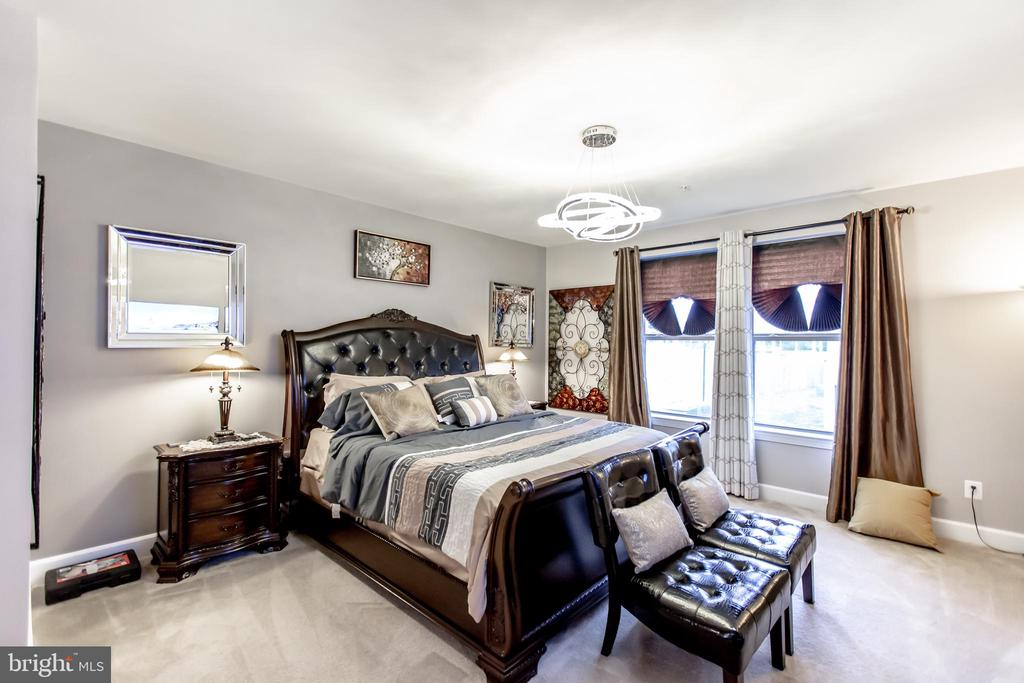 Oversized Primary Bedroom!  18' x 17' - 10473 RATCLIFFE TRL, MANASSAS