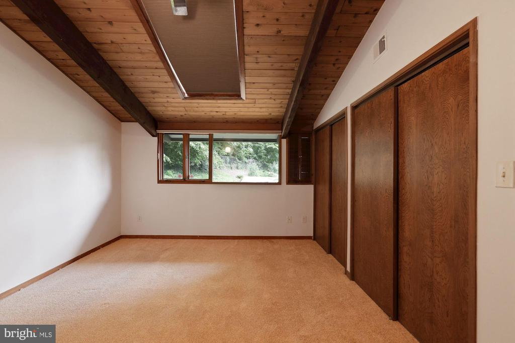 Primary Bedroom (#1) - Vaulted Ceiling & Skylight! - 6411 RECREATION LN, FALLS CHURCH