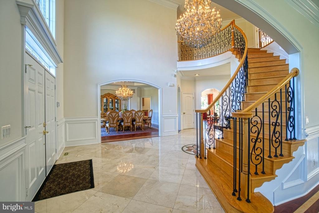 Curved Staircase with Wrought-Iron Balusters - 40163 BEACON HILL DR, LEESBURG