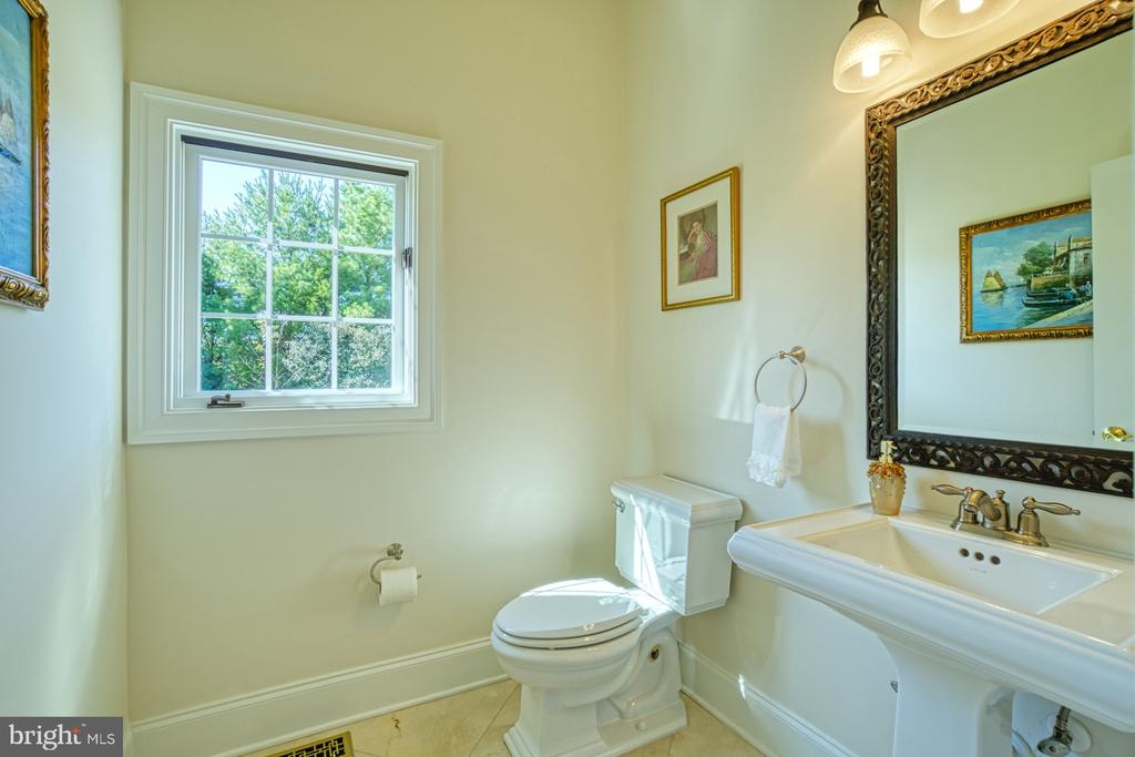 Main level Powder Room - 40163 BEACON HILL DR, LEESBURG