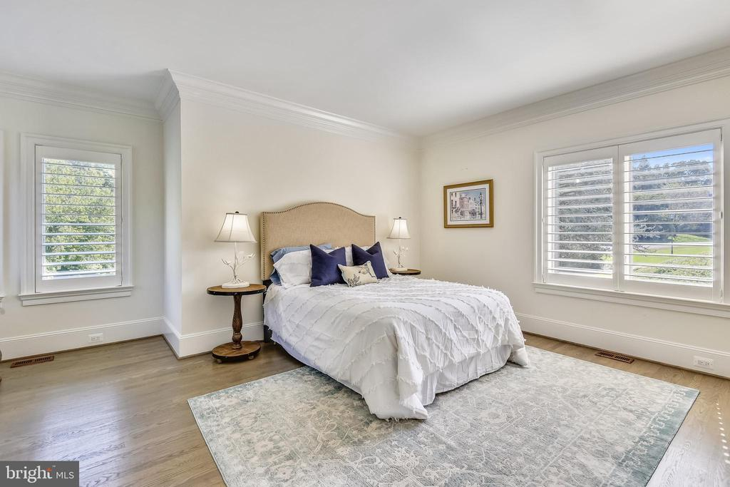 Main level bedroom with full bathroom - 40850 ROBIN CIR, LEESBURG