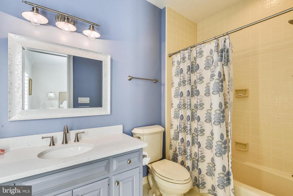 Full bathroom in the Main Level Bedroom - 40850 ROBIN CIR, LEESBURG