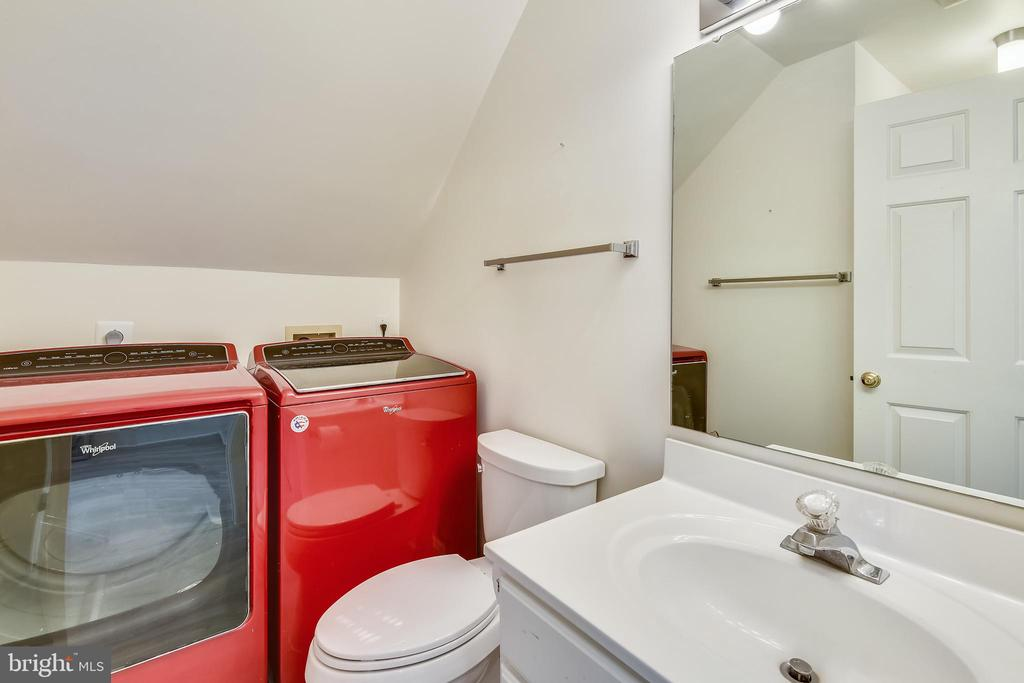 Guest house full bathroom and private laundry - 40850 ROBIN CIR, LEESBURG