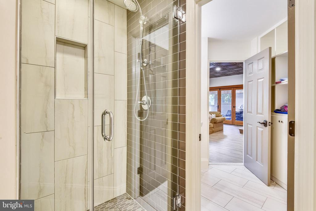 Lower level full bathroom - 40850 ROBIN CIR, LEESBURG